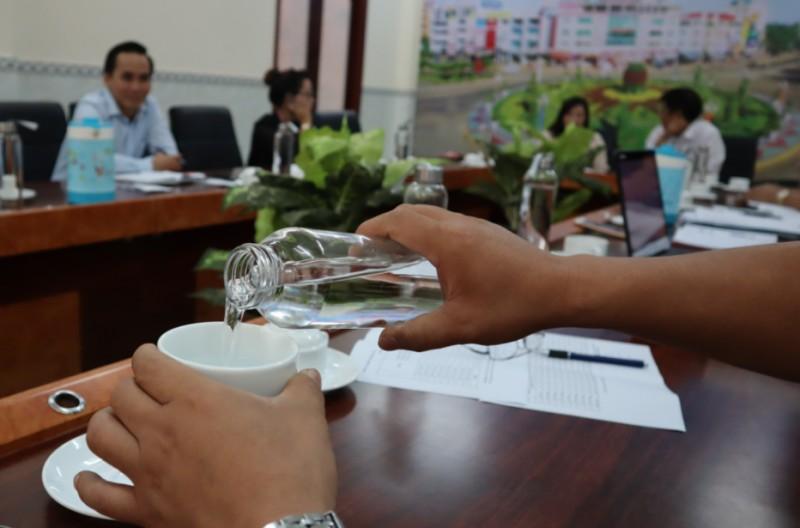 Thành phố yêu cầu không sử dụng nước uống đóng chai nhựa trong các cuộc họp
