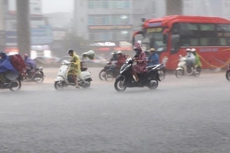 Dự báo thời tiết 4/8: Miền Bắc tiếp tục mưa dông gió lớn, giảm nhiệt