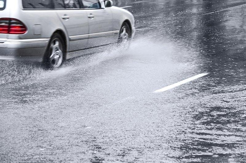 Làm gì khi xe ôtô bị trượt trên đường trơn, mưa lớn che tầm nhìn?
