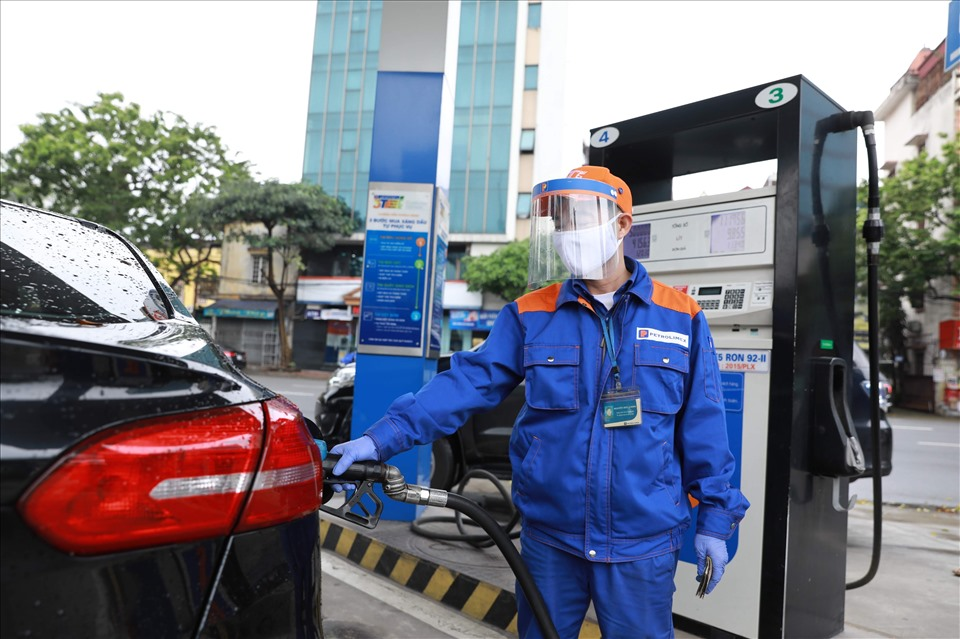 Giá xăng tăng sát mốc 2.300 đồng/lít trong chiều ngày 11/10