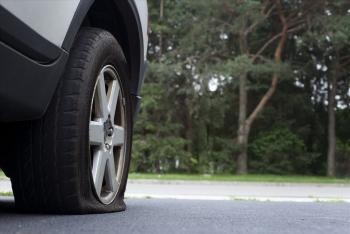 Xe bị nổ lốp khi đang chạy, xử lý thế nào?