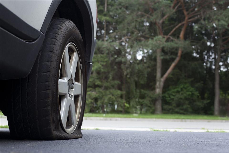 Xe bị nổ lốp là nỗi ám ảnh của nhiều tài xế.
