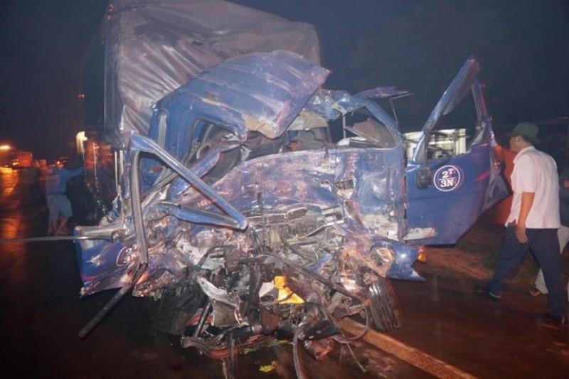 Xe tải đâm trực diện xe khách, phụ xe tử vong, hành khách hoảng loạn