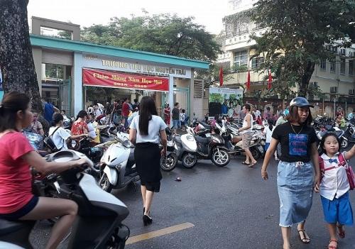 Ùn tắc giao thông trước cổng trường: Đau đầu tìm giải pháp