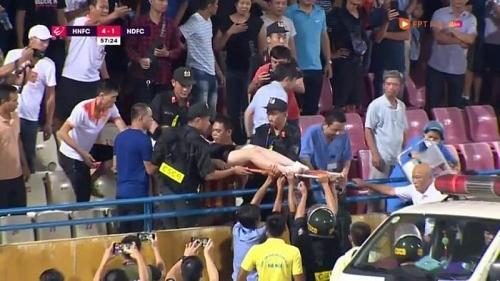 Từ hâm mộ bóng đá đến…  phạm pháp