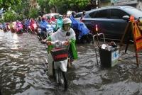 Vùng áp thấp Biển Đông dù chưa mạnh lên nhưng vẫn gây mưa dông gió lốc