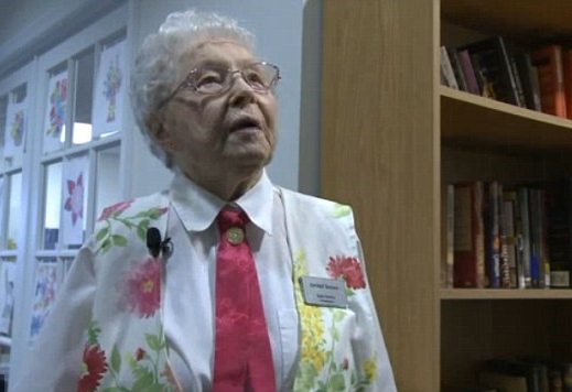 Cụ bà 102 tuổi ao ước được cảnh sát còng tay áp giải về đồn