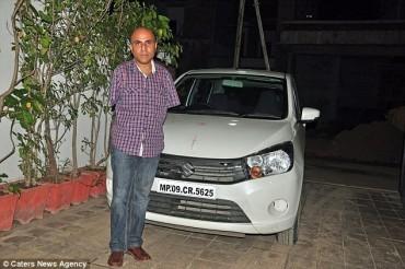 Người đàn ông không tay nhận bằng lái nhờ điều khiển xe bằng chân