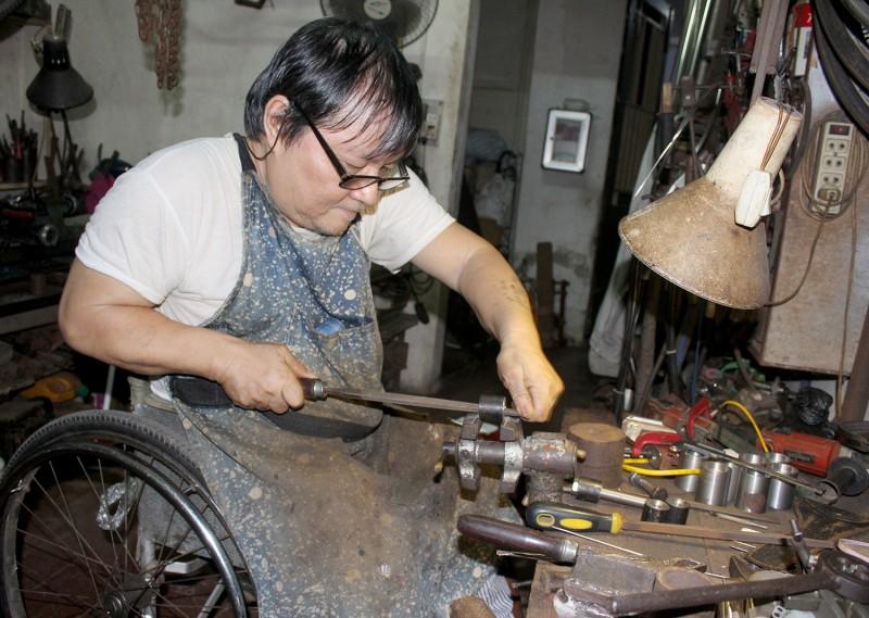 Chuyện người hơn 2 thập kỷ chế tạo xe lăn