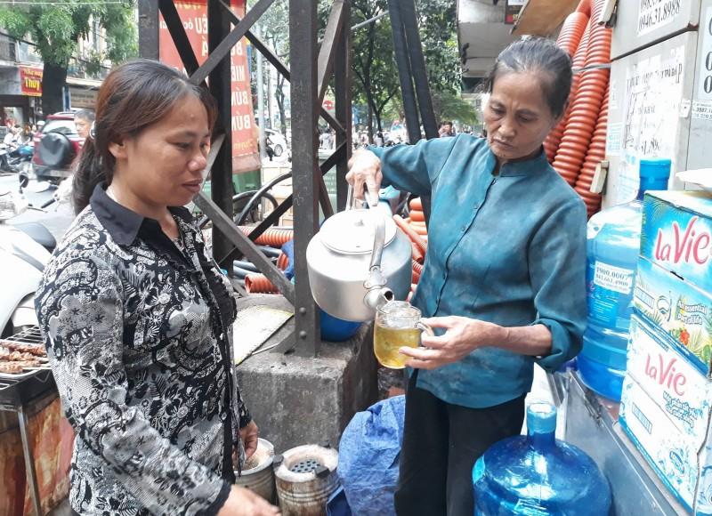 Cụ bà 17 năm mở quán nước chè từ thiện