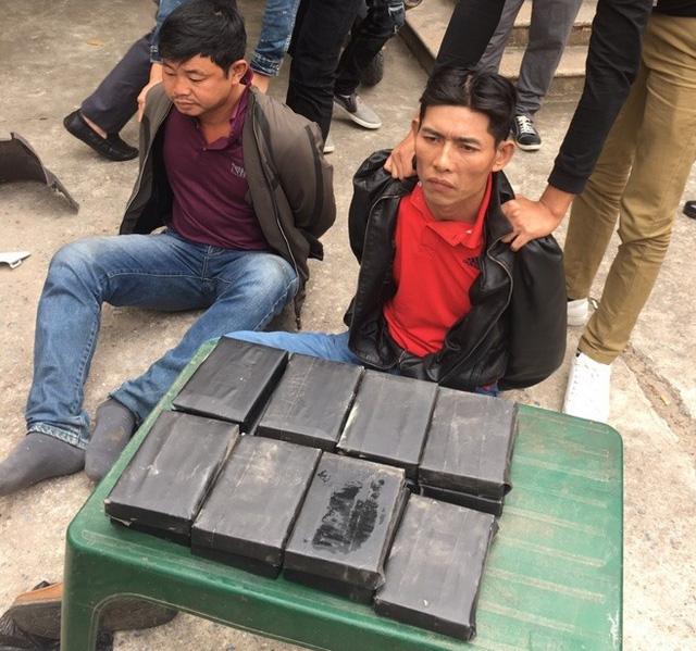 khoi to 2 doi tuong van chuyen 15 banh heroin giau trong than xe may