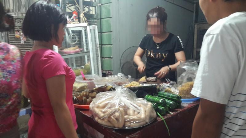 Phạt tiền người bán đồ ăn chín không đeo găng tay: Quan trọng vẫn là ý thức