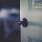 Vì sao bạn nên đóng cửa phòng khi ngủ?