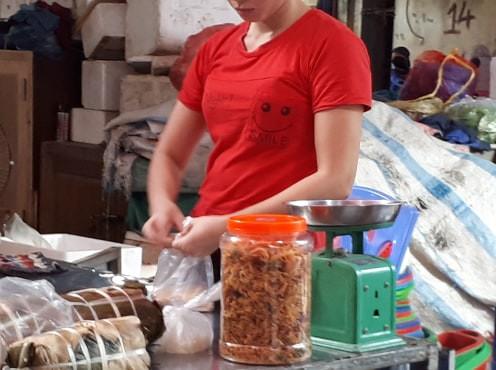 Xử phạt không đeo găng tay khi bán đồ ăn: Bất cập khi triển khai