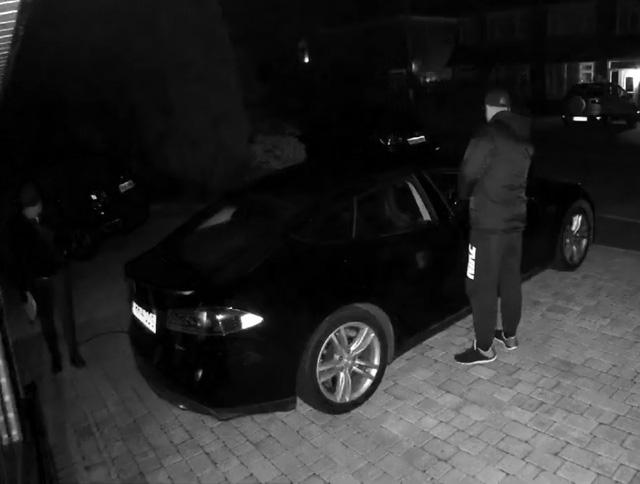 """Choáng với clip trộm xe ô tô nhanh gọn do """"lỗ hổng"""" của khóa thông minh"""
