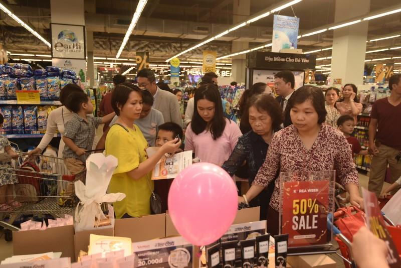 """Hàng trăm khách hàng hào hứng trải nghiệm """"thiên đường"""" mỹ phẩm xứ Kim Chi tại VinMart"""