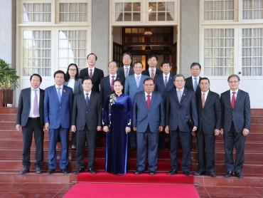 Tổng Bí thư, Chủ tịch nước Lào cảm ơn món quà đặc biệt của Việt Nam