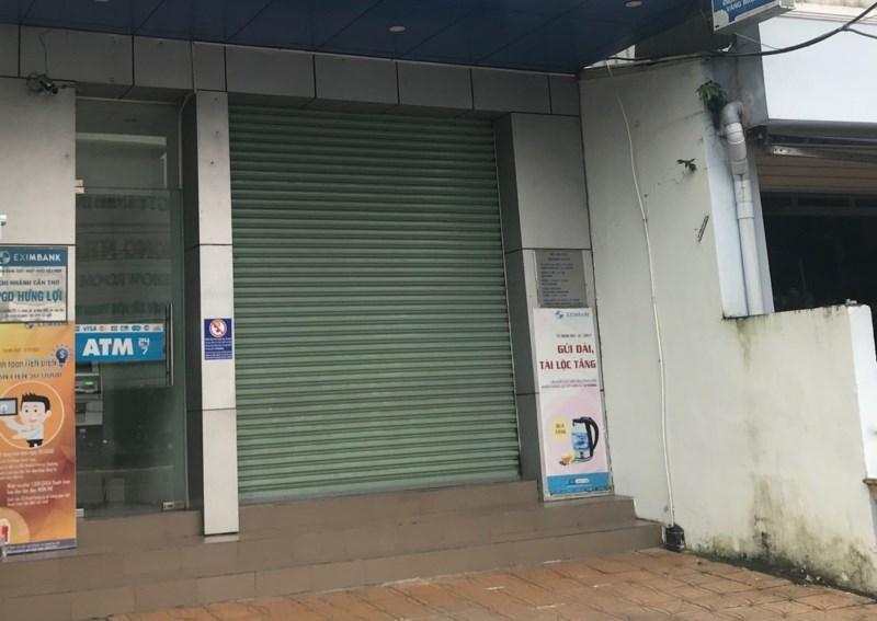 Thanh niên mang xăng xông vào ngân hàng định cướp