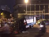 Hà Nội: Người đi đường phá cửa kính cứu tài xế bị kẹt trong cabin xe tải