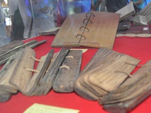 Nhiều loại sách quý trưng bày tại Thư viện Quốc gia Việt Nam