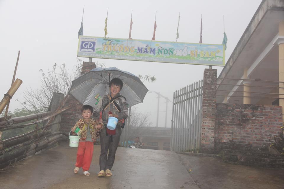 Chùm ảnh: Học sinh vùng cao co ro trong cái rét đầu đông