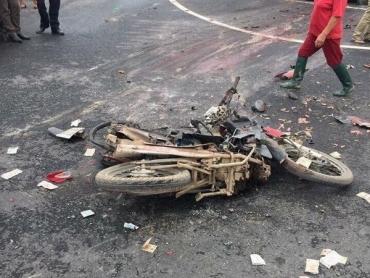 Ôtô đâm hàng loạt xe máy dừng chờ đèn đỏ, 5 người bị thương