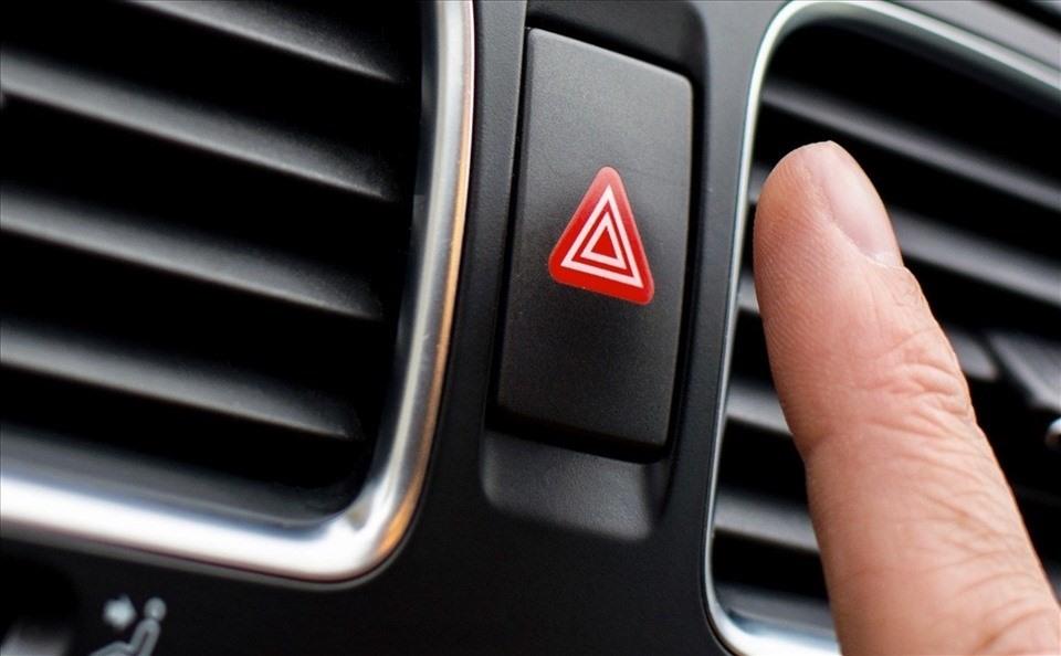 Đèn cảnh báo nguy hiểm: Cần được sử dụng đúng cách để đảm bảo an toàn