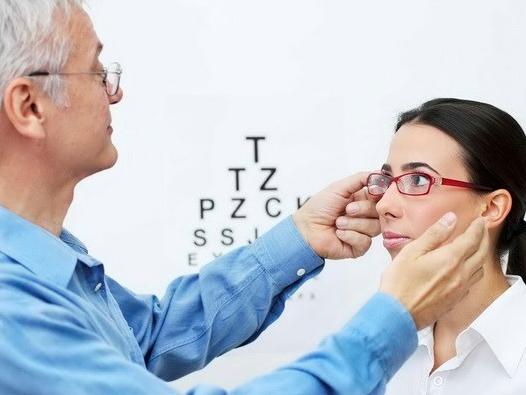 Cảnh giác với biến chứng cận thị có thể gây tình trạng mù lòa