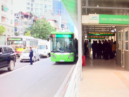 Lần đầu tiên xe buýt nhanh lăn bánh trên đường Hà Nội