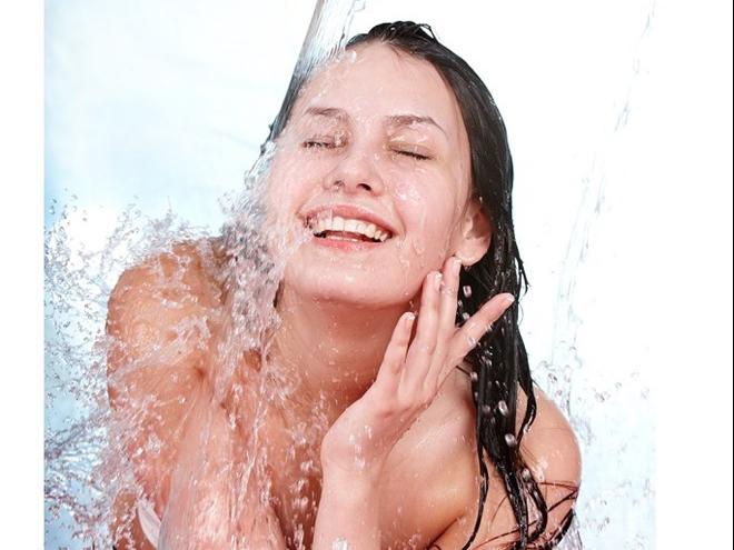Tắm nước mát mùa đông: Bí quyết làm đẹp hay ý tưởng điên rồ?