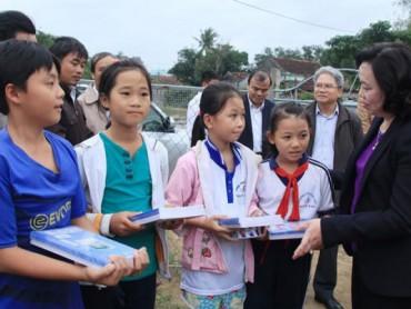 Thường trực Thành ủy Hà Nội: Thăm, tặng quà đồng bào bị mưa lũ