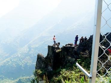 """Du khách """"xé rào"""" chụp ảnh trên mỏm đá tử thần ở Mã Pí Lèng"""