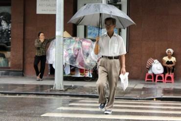 Người đi bộ sai quy định: Nguy hiểm, khó xử lý