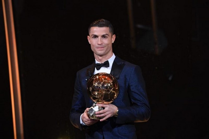 Ronaldo giành quả bóng vàng 2017 và cân bằng kỷ lục với Messi