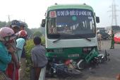 Xe buýt cuốn loạt xe máy vào gầm, nhiều người nhập viện