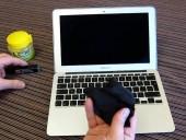 Mẹo hay giúp loại bỏ các vết bẩn cứng đầu trên laptop