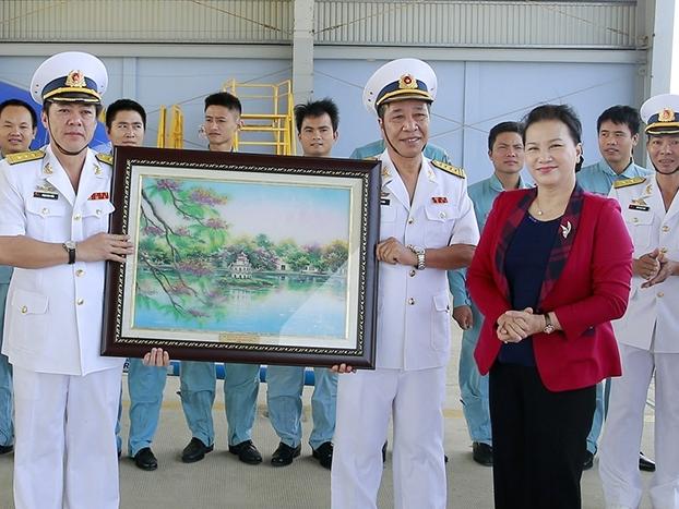 Chủ tịch Quốc hội Nguyễn Thị Kim Ngân thăm, làm việc với các đơn vị hải quân và tỉnh Khánh Hòa
