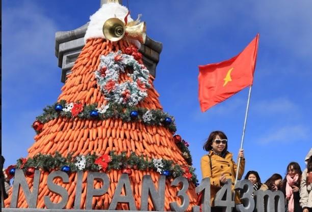 """Ngắm cây thông Noel """"lạ lùng"""" nhất Việt Nam tại Lễ hội mùa đông trên đỉnh Fansipan"""