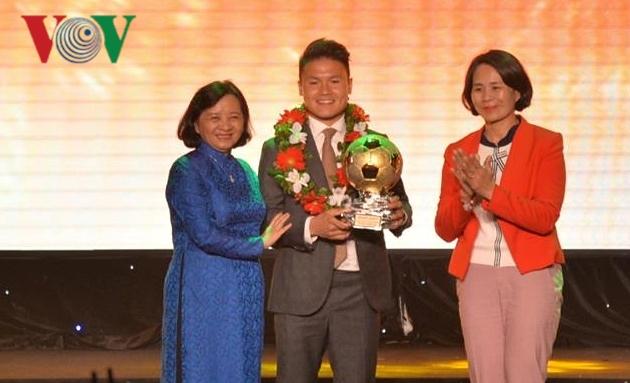 Quang Hải và Tuyết Dung giành Quả bóng vàng Việt Nam 2018