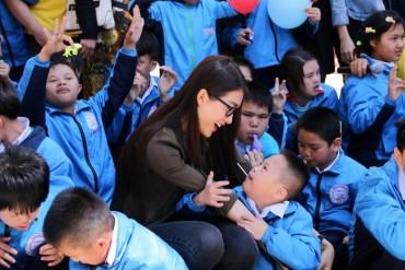 Người đẹp Miss Universe VN trao quà tết cho hoàn cảnh khó khăn