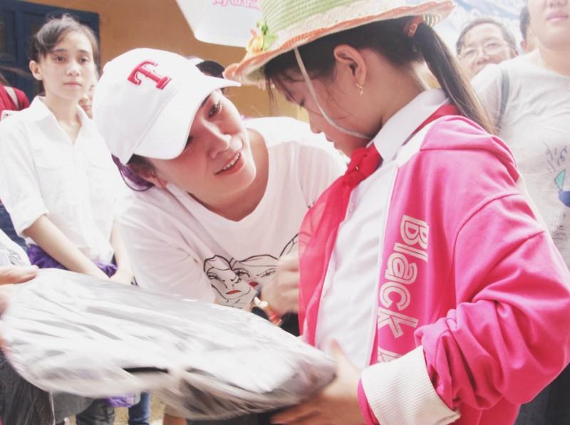 Mỹ Tâm 'nâng bước ngày mai' cho học sinh nghèo Quảng Nam