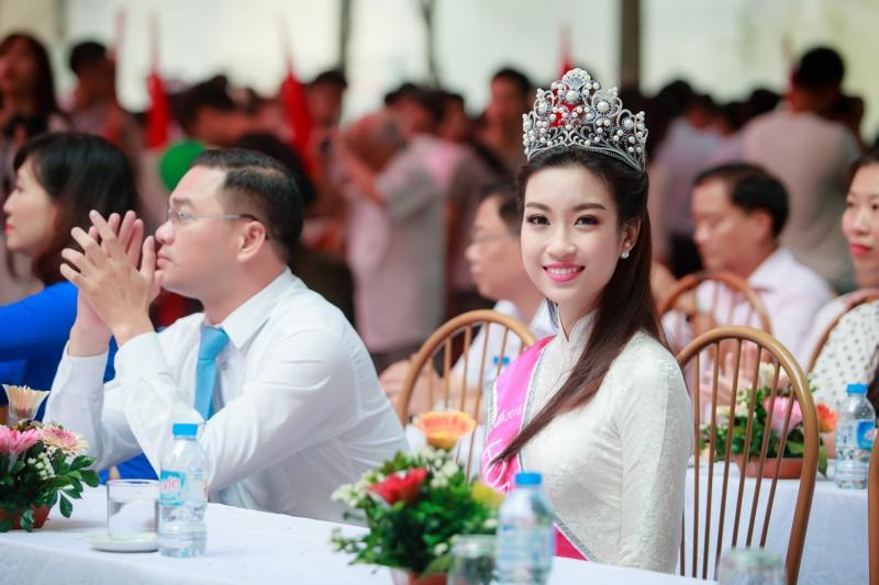 Hoa hậu Đỗ Mỹ Linh trở về trường cũ