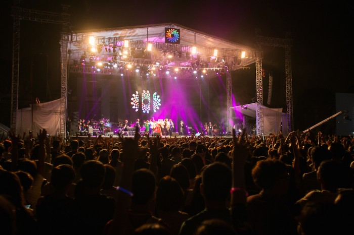 Hàng nghìn khán giả đội mưa đón