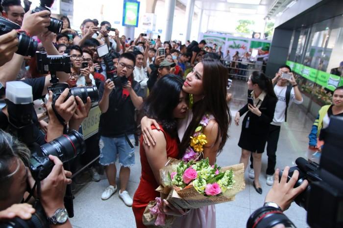 Hoa hậu Phạm Hương khóc trong ngày trở về