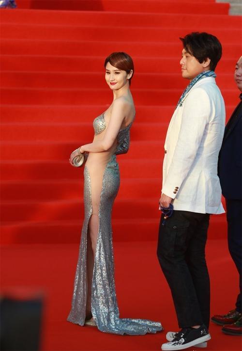 Bộ váy giúp Lam Yến trở nên sexy trên thảm đỏ.