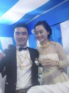 Đám cưới gây choáng với dàn môtô 'khủng', cô dâu chú rể đeo vàng đầy người