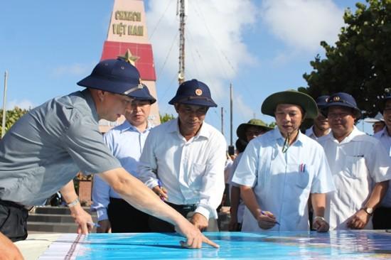 Tổng LĐLĐ Việt Nam:  Thăm, tặng quà quân, dân huyện đảo Trường Sa