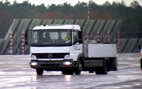Chiếc xe tải làm nhiệm vụ hút chất thải trên máy bay honey truck.