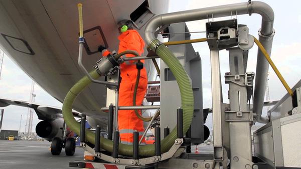 Nhân viên làm sạch thùng chứa chất thải của máy bay.