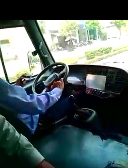 Nghi vấn tài xế xe Bus tuyến số 05 Hà Nội vừa lái xe vừa chơi game?